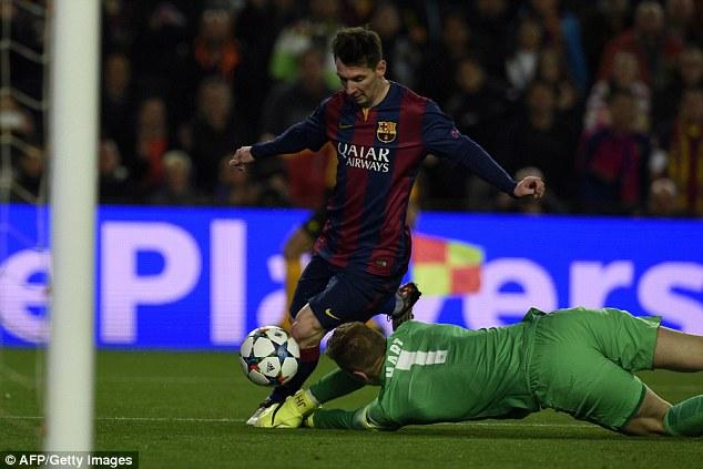 Messi cố rê bóng qua Joe Hart nhưng bất thành.