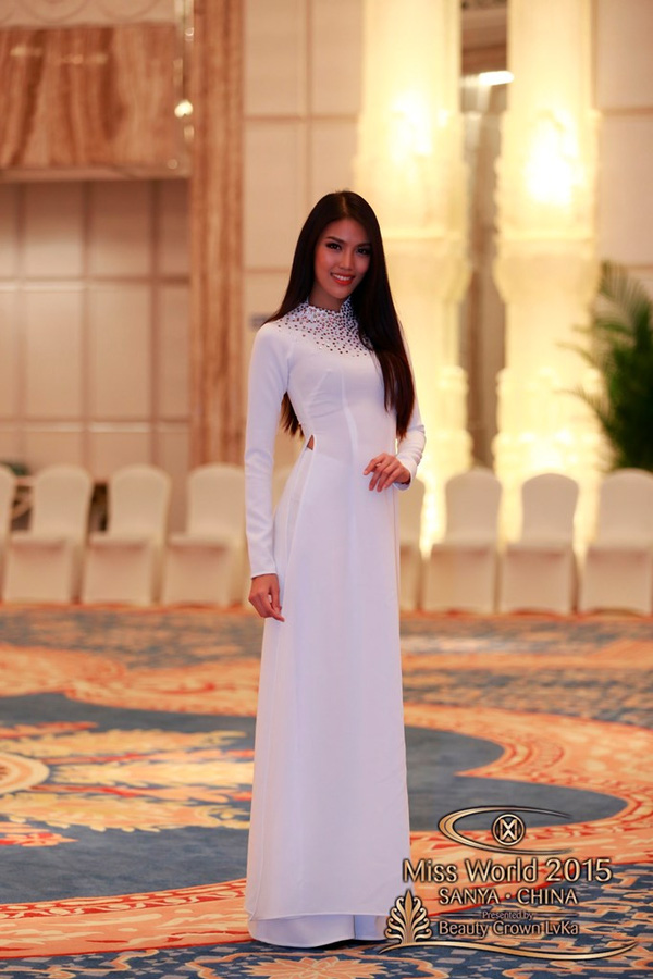 Thay vì những trang phục cầu kỳ, đại diện của Việt Nam - Lan Khuê - lại hướng đến hình ảnh mộc mạc và gần gũi với chiếc áo dài trắng nền nã
