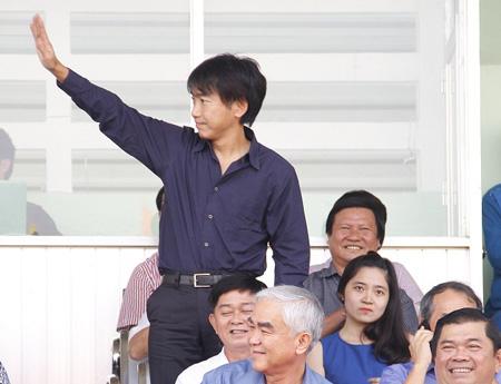 HLV Miura (người đứng) xuất hiện trên sân Long An chiều 11/1 (ảnh: Kim Điền)