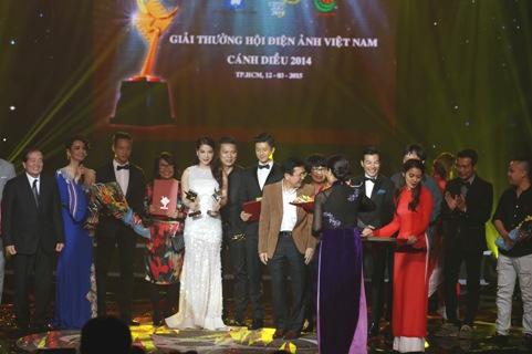 Đại diện 3 đoàn phim Những đứa con của làng (ĐD: Nguyễn Đức Việt), Hương Ga (ĐD: Cường Ngô), Lạc giới (ĐD: NSƯT Phi Tiến Sơn) nhận giải Cánh diều bạc 2014.