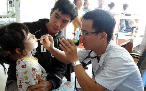 Bác sỹ Bệnh viện Phụ sản-Nhi Đà Nẵng khám bệnh cho trẻ