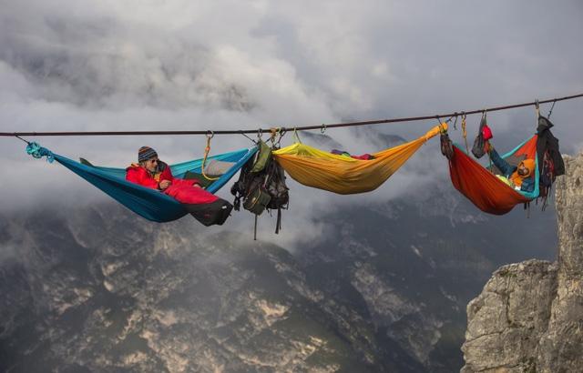 Chỉ cần chút sơ sẩy có thể rơi xuống miệng vực sâu 50m.Sự kiện này diễn ra tại khe núi sâu 50 m ở Monte Piana, thuộc dãy Dolomites, Ý. Các thành viên trong nhóm dùng sợi dây dài 209m vắt qua khe núi để mắc những chiếc võng màu mè trên đó. Với những chiếc võng nhiều màu sắc là cách nhóm phượt tạo nên biểu tượng hòa bình, qua đó tưởng nhớ về quá khứ.