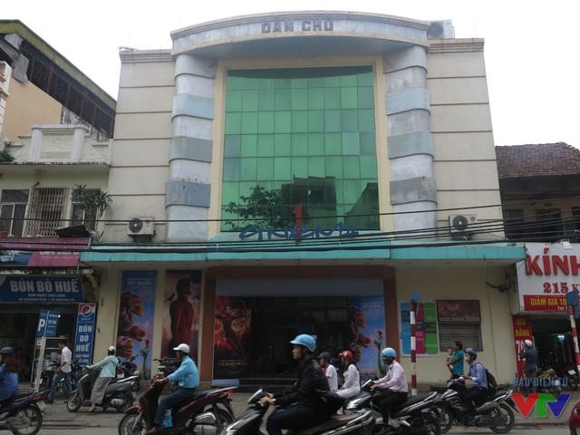 Rạp Dân Chủ bất ngờ đóng cửa khiến nhiều người tiếc nuối.