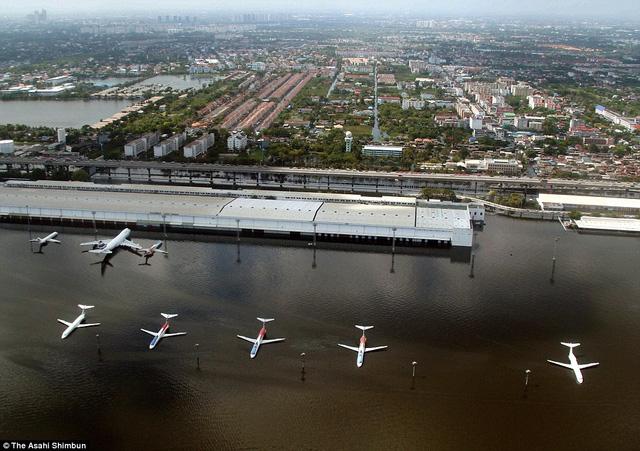 Hình ảnh các máy bay chìm trong nước ngập sau trận lụt khủng khiếp vào năm 2011 tại sân bay quốc tế Don Mueang ở Bangkok, Thái Lan. Các phi công rất căng thẳng khi cất và hạ cánh tại đây vì có một sân golf nằm ngay gần đường băng.