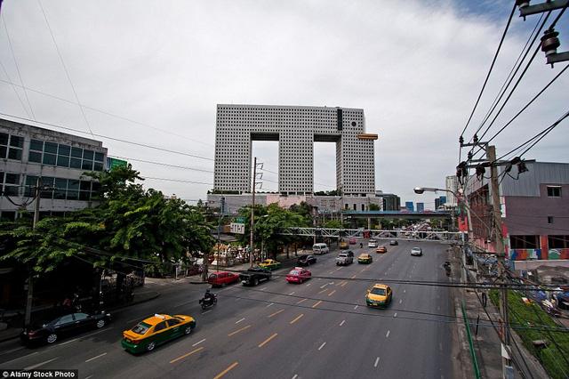 Tòa nhà hình con voi ở Bangkok Thái Lan là tác phẩm của nhà thiết kế Sumet Jumsai, hoàn thành năm 1997. Trong nhiều năm liền, công trình được liệt trong danh sách những tòa nhà có thiết kế tệ nhất thế giới.