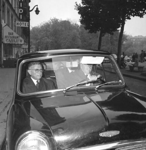Sartre (trái) né tránh sự chú ý của báo chí, ngay sau khi biết tin mình được trao giải Nobel Văn chương.