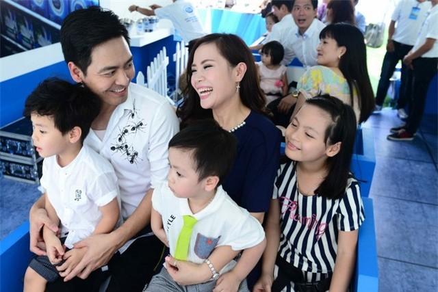 Phan Anh bên vợ Tuấn Ngọc và các con. Cả hai yêu nhau từ khi còn học chung trường đại học.