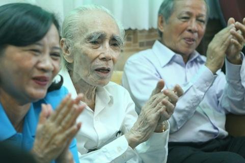 Nhạc sĩ Phan Huỳnh Điểu (giữa) nhận lời chúc mừng từ những người bạn, người thân trong ngày ông thượng thọ 90 tuổi, hôm 11/11/2014.