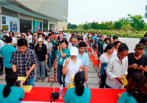 Khán giả xếp hàng nhận vé tại TP. HCM.