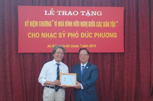 Ông Vũ Xuân Hồng (phải) - Chủ tịch VUFO trao phần thưởng cao quý của VUFO cho nhạc sỹ Phó Đức Phương. Ảnh: Hải Dương - thoidai.com.vn