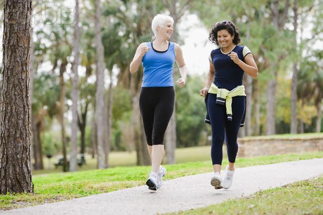 Tập đi bộ giúp bạn rèn luyện sức khoẻ trước chuyến leo núi.