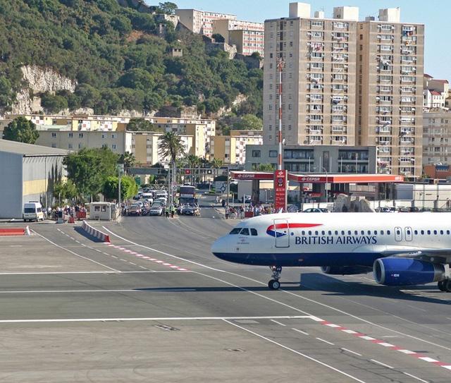 Máy bay hạ cánh xuyên qua đường quốc lộ