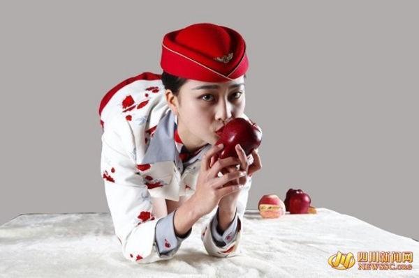 Nữ tiếp viên hàng không xinh đẹp rao bán nụ hôn trên trái táo