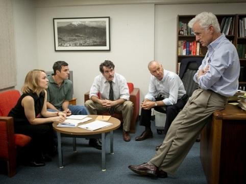 Đội phóng viên điều tra Spotlight bàn công việc với biên tập viên trong phim.