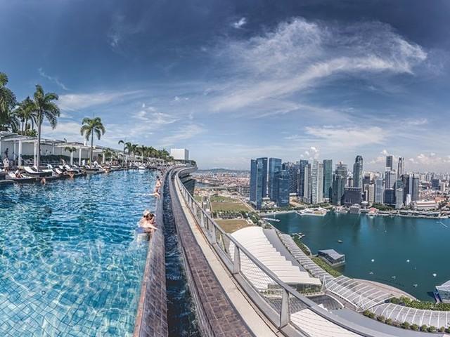 Tại khách sạn Marina Bay Sands, du khách có thể ngắm nhìn toàn cảnh thành phố Singapore khi ngâm mình trong bể bơi vô cực ở tầng 57