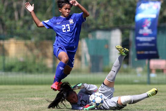 Các chân sút U14 Thái Lan 6 lần buộc thủ thành Olevia phải vào lưới nhặt bóng- Ảnh: Tuấn Tú