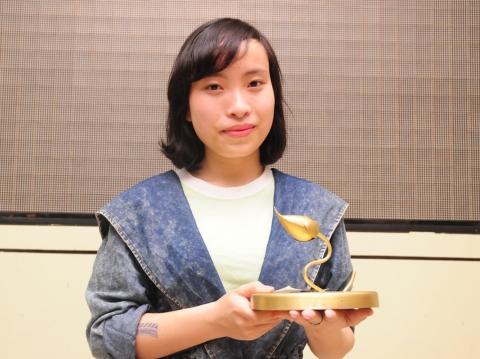 Phạm Thu Lê nhận giải Búp sen vàng hạng mục Phim tài liệu xuất sắc do BGK bình chọn.