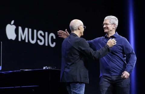 Giám đốc điều hành Apple Tim Cook (phải) trong sự kiện giới thiệu Apple Music.