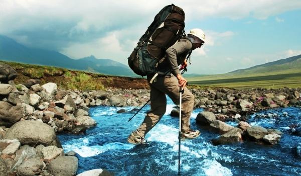 Gậy, giày chống thấm nước, mũ là những vật dụng tối cần khi đi leo núi. (Ảnh minh họa)