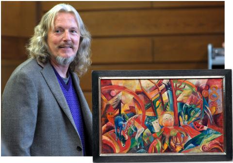 Chuyên gia làm giả tranh Wolfgang Beltracchi bên một tác phẩm giả mạo của ông.