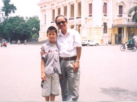 Quán quân Vietnam Idol Nguyễn Trọng Hiếu và NS Lân Cường thăm Hà Nội (ảnh chụp năm 2002).