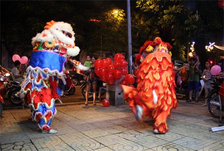 Màn múa lân trên phố Hàng Bài...