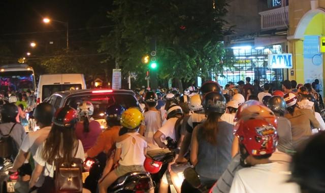 Kín người xe đổ về Hội An trong đêm rằm tháng Tám