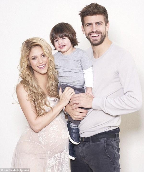 Trước ngày sinh nở, Shakira khoe bụng bầu căng tròn bên cạnh cha con Pique 1