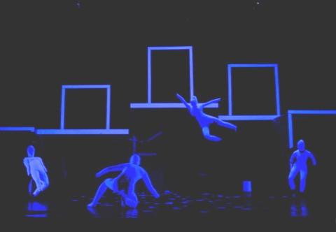"""Một cảnh trong vở múa đương đại """"Con tạo xoay"""" được giới chuyên môn đánh giá cao nhưng vẫn khá khó hiểu với đại đa số khán giả."""