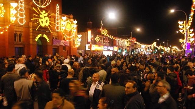 Đường phố ở Leicester tràn ngập ánh sáng và đông nghịt khách