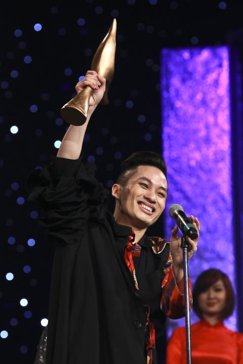 Tùng Dương tại giải Âm nhạc Cống hiến lần 8 - 2013 (Ảnh: Việt Cường)