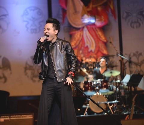 """Ca sĩ Tùng Dương trong live show """"Áo mùa đông"""" năm 2014."""