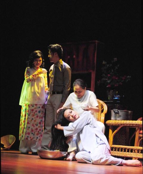 Hồng Ánh trong vai The trong một lớp diễn đắt giá nhất của Nửa đời hương phấn.