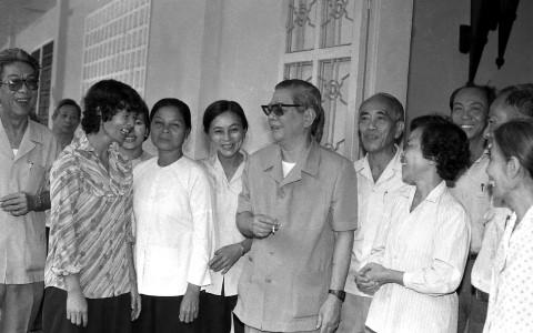 Cố Tổng Bí thư Nguyễn Văn Linh gặp gỡ lãnh đạo Thành ủy thành phố Hồ Chí Minh. (Ảnh: Văn Khánh - TTXVN)