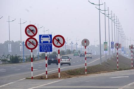 Phần đường dành cho xe ô tô trong những ngày đầu đi vào hoạt động vẫn còn nhiều xe máy đi vào.