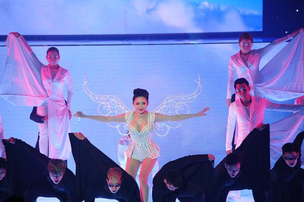 Team ca sĩ Tóc Tiên mang đến ca khúc Thiên thần - cũng là hit của giọng ca sinh năm 1989. Ban đầu, Tóc Tiên xuất hiện với hình ảnh sang trọng, quyến rũ, sau đó cô cởi phăng chiếc váy bên ngoài, phô diễn vẻ gợi cảm với chiếc váy ôm sát. Cô vừa hát vừa thể hiện những động tác vũ đạo điêu luyện. Nguyễn Hải Phong nhận xét phần hòa âm của tiết mục rất chất và sáng tạo.
