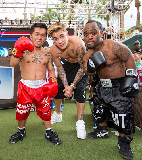 Justin chụp hình cùng phiên bản tí hon của hai tay đấm Floyd Mayweather và Manny Pacquiao.
