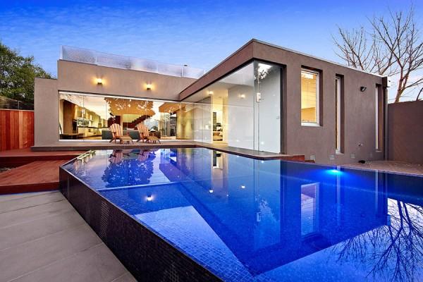 Để đáp ứng sở thích bơi lội của chủ nhân, bể bơi Aloha này được thiết kế hình chứ L kéo dài vừa đẹp mắt, vừa ấn tượng.