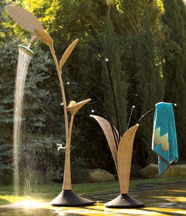 Mẫu nội thất vật liệu mây tre đan tự nhiên, vừa là vòi hoa sen, vừa có khay đựng xà bông tắm, ngoài ra còn có thiết kế móc treo khăn cực xinh.
