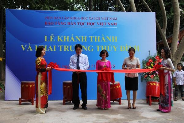 Giám đốc Bảo tàng dân tộc học Việt Nam cắt băng khánh thành thủy đình