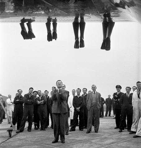 """Những đôi chân của các thí sinh đang """"vắt vẻo"""" trên cánh một chiếc máy bay. Địa điểm tổ chức cuộc thi này dường như sang trọng hơn hẳn những cuộc thi đã thấy ở trên. Ảnh chụp năm 1953."""