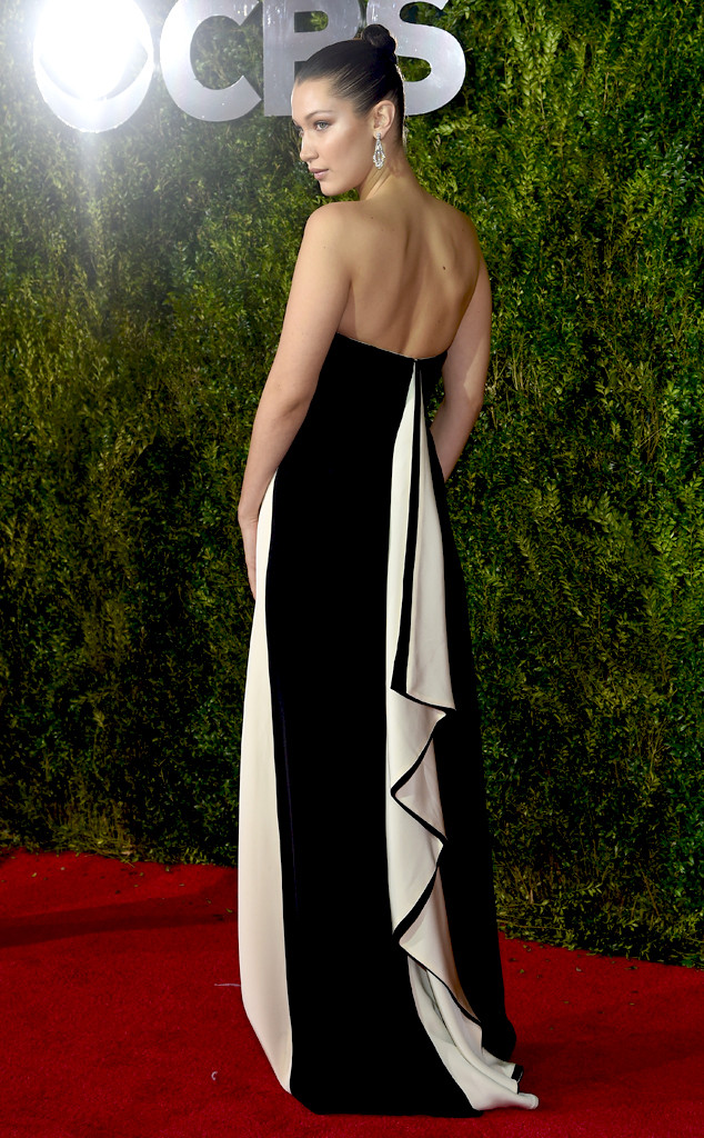 Bella Hadid lôi cuốn bằng vẻ gợi cảm với đầm đen - trắng, do Prabal Gurung thiết kế.
