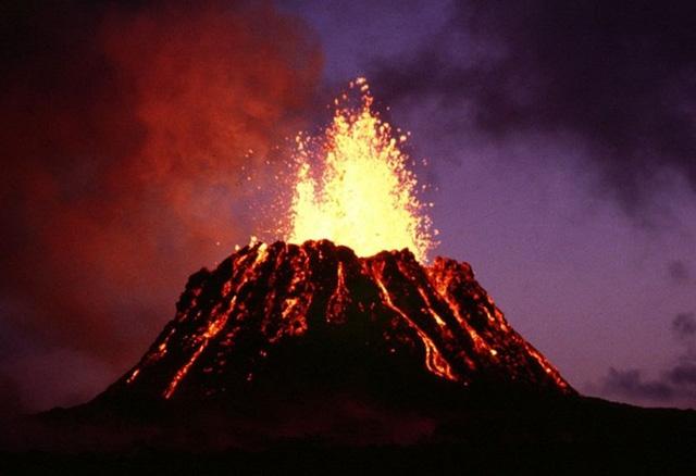 Các nhà địa chấn học đã kết luận rằng, sự kết nối giữa những đám đá nóng thông qua lớp vỏ trên bề mặt đã tạo ra chuỗi đảo núi lửa như ở Hawaii. Ảnh: wikipedia.