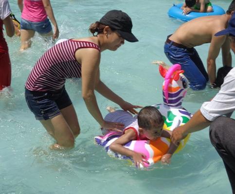Trẻ em thích thú chơi đùa dưới nước
