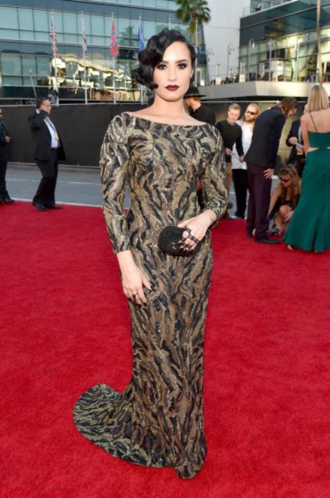 Trong khi đó, Demi Lovato lại kín đáo với phong cách cổ điển.