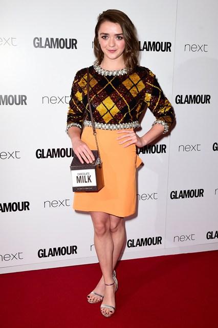 Maisie Williams - nữ diễn viên phim Game of Thrones mặc trang phục theo phong cách cổ điển kiểu Anh.