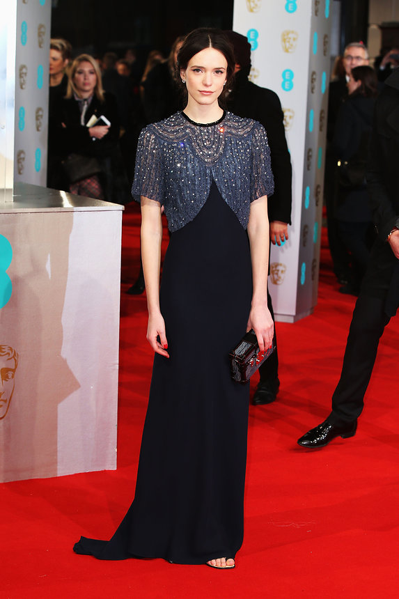 Stacy Martin khoe vẻ đẹp cổ điển với bộ đầm đen của Louis Vuitton, điểm nhấn là lớp cánh áo đính hạt lấp lánh.