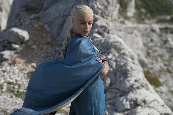 Daenerys mặc cả bộ váy và khoác choàng màu xanh nổi bật.