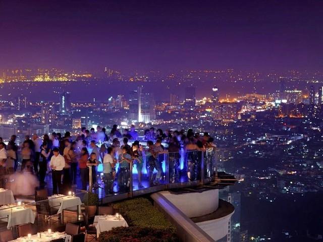 Lebua là một khách sạn sang trọng nằm trong tòa nhà chọc trời State Tower, trên đường Silom, khu Bang Rak, Bangkok. Du khách sẽ được nghỉ ngơi trong một không gian tiện nghi cao cấp nhất, tận hưởng tầm nhìn tuyệt đẹp của Bangkok và sông Chao Phraya.