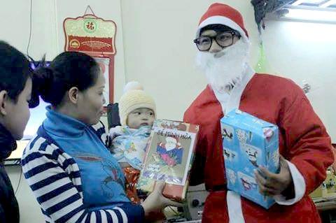 Ông già Noel tặng quà các em nhỏ mỗi dịp Giáng sinh về (ảnh nhân vật cung cấp).